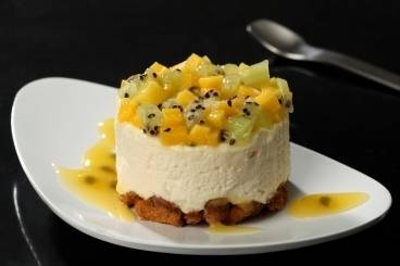 https://www.atelierdeschefs.com/media/recette-d12488-cheese-cake-frais-minestrone-de-fruits-exotiques-coulis-orange-passion.jpg