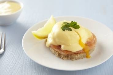 Poached eggs with smoked salmon and hollandaise sauce