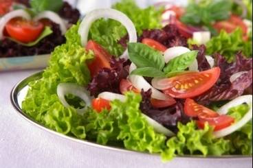 https://www.atelierdeschefs.com/media/recette-d15348-salade-crudites-toute-simple.jpg