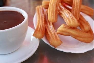 https://www.atelierdeschefs.com/media/recette-d15640-churros-et-chocolat-chaud.jpg