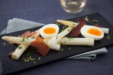 White asparagus spears, soft boiled hen's egg, crispy pancetta and gremolata