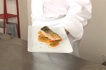 Pan-fried salmon with carrots and lemon