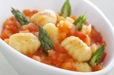 Gnocchi with fresh tomato sauce and asparagus