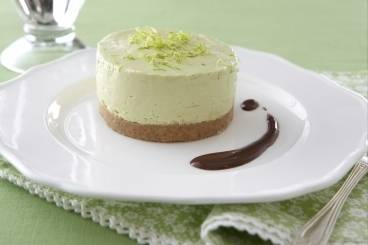 https://www.atelierdeschefs.com/media/recette-d21130-cheesecake-avocat-et-coulis-au-chocolat.jpg