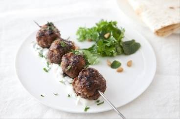 https://www.atelierdeschefs.com/media/recette-d23362-kebbe-en-brochettes-sauce-au-yaourt.jpg