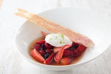 https://www.atelierdeschefs.com/media/recette-d25228-fruits-rouges-marines-au-the-mousse-chocolat-blanc-citron-vert-et-tuile-a-la-fraise.jpg