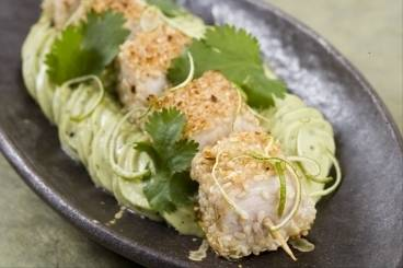Tuna skewers with sesame served with avocado purée