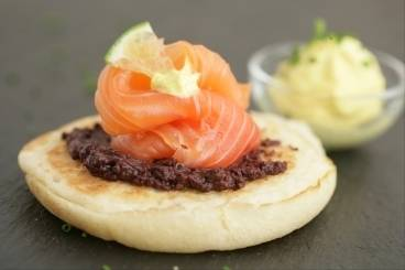 https://www.atelierdeschefs.com/media/recette-d4701-blinis-au-poisson-cru-creme-siphonnee-au-curry.jpg