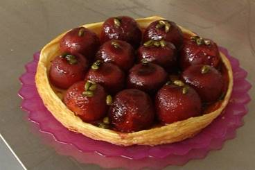 Tarte Tatin of plums with pistachio