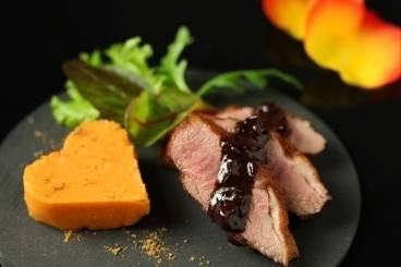 https://www.atelierdeschefs.com/media/recette-d7904-filet-de-canette-au-cacao-et-epices-chaudes-puree-de-patates-douces.jpg