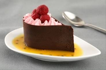 https://www.atelierdeschefs.com/media/recette-d8142-larme-de-chocolat-mousseline-de-framboises-coulis-orange-passion.jpg