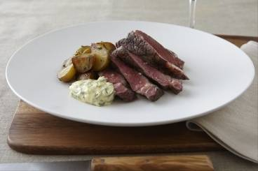 Rump steak with béarnaise sauce and sauteed potatoes