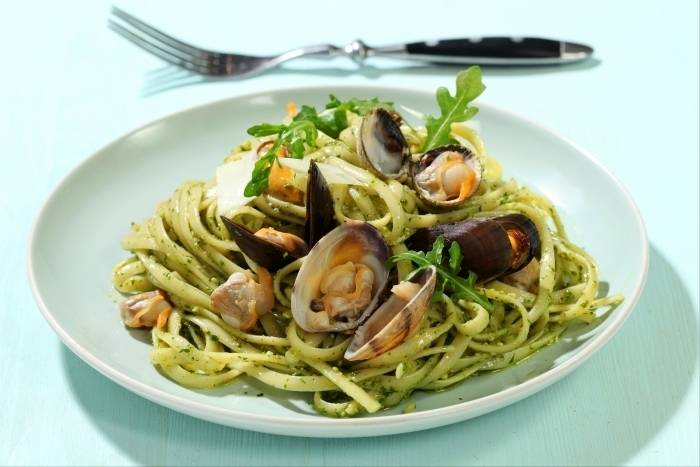 recette de linguine au jus de coquillages et pesto de roquette rapide. Black Bedroom Furniture Sets. Home Design Ideas